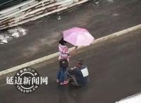 """""""치매로인 위해 우산 받쳐준 연길 녀성""""에 네티즌 감동!"""