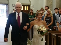 아버지 심장 기증받은 로인 손잡고 결혼식장 입장한 녀성
