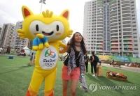 올림픽 경기장·기념품 모두 '메이드 인 차이나'