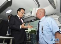 이극강 총리, 꾸바에서 중국 수출 버스 체험