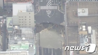 일본 후쿠오카 번화가에 입 벌린 거대 '싱크홀'