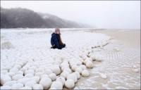 시베리아 해변에서 발견된 수천 개의 눈덩이