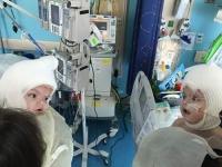 샴쌍둥이 수술 후…처음 마주한 서로의 얼굴