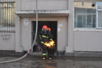 연길 주민아파트 화재…소방대원 불 붙은 가스통 옮겨 폭발 막아!