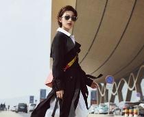 패셔니스타 장려의 흑백 공항패션