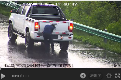 [감시카메라 영상] 한 남성이 고속도로에서 차를 정차하더니!