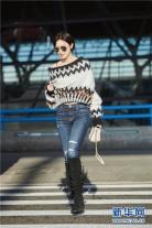 '장려', 공항에서 거꾸로 입은 스웨터로 시선 압도